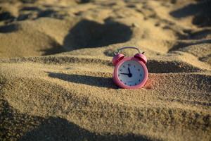 dreiviertelzwoelf-im-sand